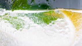 泡沫腾涌的饮料的宏观图象在透明玻璃的 免版税库存图片