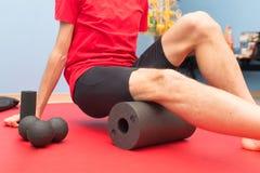 泡沫路辗大腿治疗在物理疗法研究中 库存图片