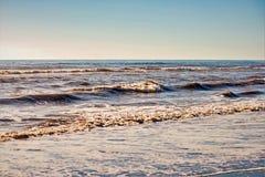 泡沫,在海滩的沙子 免版税库存照片