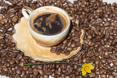 泡沫以世界地图的形式咖啡杯 免版税图库摄影
