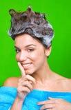 泡沫头发她的香波妇女 免版税库存图片