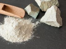泡沸石mesolite未加工的石头和泡沸石粉末在黑backgro 免版税库存照片