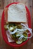 泡菜和切的面包 免版税库存图片