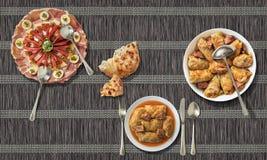泡菜滚动与被发酵的小面包干和被装饰的服务的开胃菜盘在纸羊皮纸位置字块 图库摄影