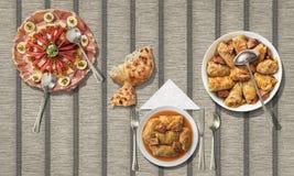 泡菜滚动与被发酵的小面包干和被装饰的服务的开胃菜盘在纸羊皮纸位置字块 免版税库存照片