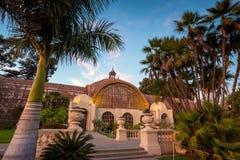 巴波亚公园植物的大厦和池塘圣地亚哥,加利福尼亚 免版税库存照片