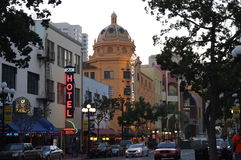 巴波亚剧院在圣地亚哥在晚上 库存照片