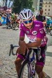 波代诺内,意大利2017年5月27日:专业骑自行车者福纳多加维里亚快的步队,在紫色球衣,在第一条线 库存照片