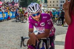 波代诺内,意大利2017年5月27日:专业骑自行车者福纳多加维里亚快的步队,在紫色球衣,在第一条线 免版税库存图片