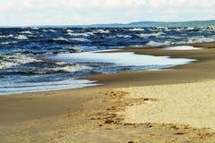 波儿地克的海滩覆盖海岸线palanga反映湿沙子的海运 免版税库存照片