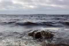 波儿地克的码头俄国风暴冬天zelenogradsk 免版税库存图片