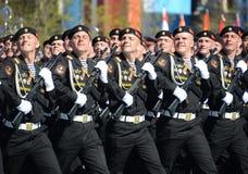 波儿地克的舰队的海军陆战队员336 Th分开的卫兵Bialystok旅团在游行彩排的在红场的以纪念vi 免版税库存照片
