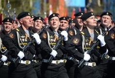 波儿地克的舰队的海军陆战队员336 Th分开的卫兵Bialystok旅团在游行彩排的在红场的以纪念vi 库存图片