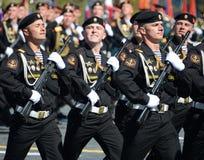 波儿地克的舰队的海军陆战队员336 Th分开的卫兵Bialystok旅团在游行彩排的在红场的以纪念vi 免版税图库摄影