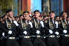 波儿地克的舰队的海军陆战队员336 Th分开的卫兵Bialystok旅团在游行彩排的在红场的以纪念vi 库存照片