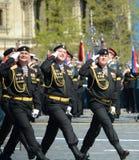 波儿地克的舰队的海军陆战队员336 Th分开的卫兵Bialystok旅团在游行彩排的在红场的以纪念vi 免版税库存图片