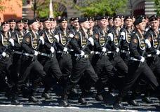波儿地克的舰队的海军陆战队员336 Th分开的卫兵Bialystok旅团在游行期间的在红场以纪念胜利天 库存照片