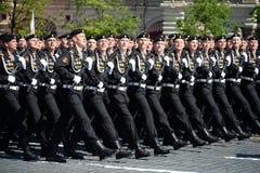 波儿地克的舰队的海军陆战队员336 Th分开的卫兵Bialystok旅团在游行期间的在红场以纪念胜利天 免版税图库摄影