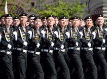 波儿地克的舰队的海军陆战队员336 Th分开的卫兵Bialystok旅团在游行期间的在红场以纪念胜利天 库存图片