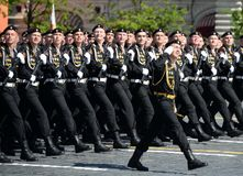 波儿地克的舰队的海军陆战队员336 Th分开的卫兵Bialystok旅团在游行期间的在红场以纪念胜利天 免版税库存图片