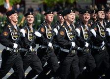 波儿地克的舰队的海军陆战队员336 Th分开的卫兵Bialystok旅团在游行期间的在红场以纪念胜利天 免版税库存照片