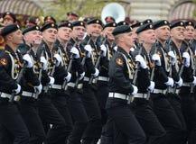 波儿地克的舰队的海军陆战队员336 Th分开的卫兵Bialystok旅团在红场的在游行期间以纪念胜利天 免版税库存图片