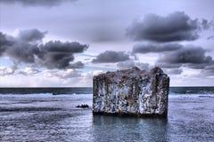 波兰人在海洋 与垂直的墙壁的岩石 玄武岩分割, 免版税图库摄影