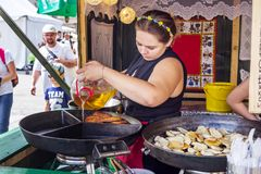 波兰传统户外食物开放厨房 免版税图库摄影