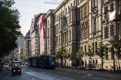波兰克拉科夫- 08 05 2015 - 老电车支架运输火车市中心历史建筑 库存图片