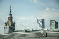 波兰华沙历史建筑文化宫殿塔时钟地平线摩天大楼 图库摄影