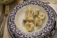 波兰圣诞节红色甜菜汤用饺子 库存图片