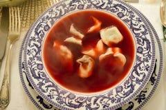 波兰圣诞节红色甜菜汤用饺子 库存照片
