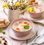 波兰复活节汤、白色罗宋汤增加白色香肠和一个水煮蛋 传统复活节盘在波兰 免版税图库摄影