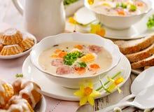 波兰复活节汤、白色罗宋汤增加白色香肠和一个水煮蛋 传统复活节盘在波兰 库存图片