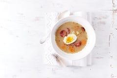 波兰复活节汤做用光芒面粉、鸡蛋和香肠 免版税库存照片