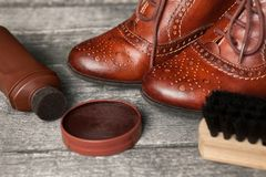 波兰奶油、刷子和鞋子 库存照片