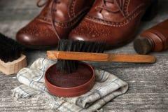 波兰奶油和刷子清洗的鞋子的 图库摄影