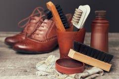 波兰奶油和刷子鞋子的 免版税库存照片