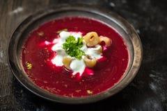 波兰烹调,红色甜菜根汤-罗宋汤,增加酸性稀奶油和饺子 库存图片