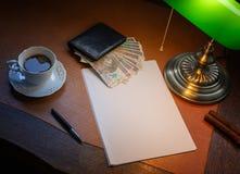 波兰金钱,兹罗提,在一张时髦的书桌上点燃与一盏开户的灯 库存照片