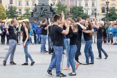 波兰,克拉科夫跳舞在平方的02,09,2017个年轻男孩和女孩 免版税图库摄影