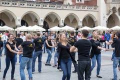 波兰,克拉科夫跳舞在Th的02,09,2017青年人跳狐步舞 库存图片