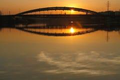 波兰,克拉科夫,多数Kotlarski (Kotlarski桥梁),落日, 库存图片