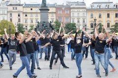 波兰,克拉科夫02,09,2017一个小组有被培养的ar的青年人 库存图片