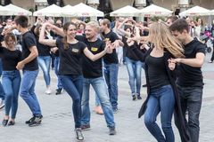波兰,克拉科夫02,09,2017个男孩和女孩跳舞拉丁danci 免版税库存图片