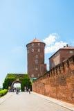 波兰,克拉科夫- 2016年6月09日:作为著名历史一部分,走在Bernardine门和中世纪Sandomierska附近的游人耸立 免版税库存图片