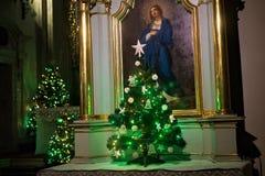 波兰,克拉科夫- 2015年1月01日:圣安德鲁教会的旁边法坛有圣诞树的 免版税库存图片