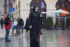 波兰,克拉科夫- 2015年1月01日:在死亡的图象的生存雕象在主要集市广场的oldtown的 免版税库存图片