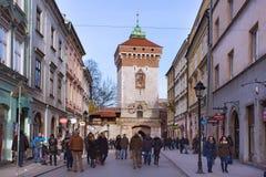 波兰,克拉科夫- 2015年1月03日:弗洛里安门的中世纪塔在镇的历史部分的冬天 免版税图库摄影