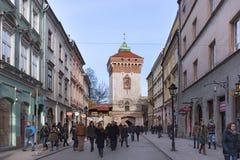 波兰,克拉科夫- 2015年1月03日:弗洛里安门的中世纪塔在镇的历史部分的冬天 库存图片